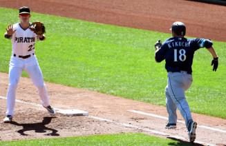 パイレーツ戦の2回、犠打を決めて一塁へ全力疾走するマリナーズ・菊池雄星(右)=ピッツバーグ