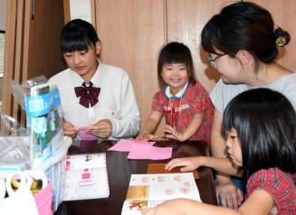 折り紙で子どもたちと交流を深める一戸高の生徒