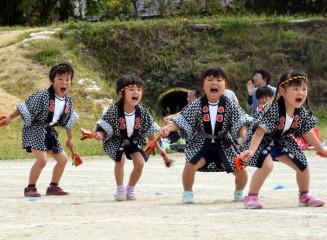 元気いっぱいに鳴子踊りを披露する子どもたち