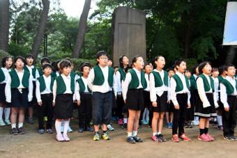 詩碑前で星めぐりの歌を歌う児童