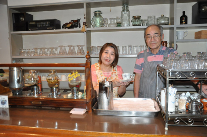 42年間地域に愛され、「感謝しかない」と思いを語る蒲沢裕一店主(右)と妻幸子さん