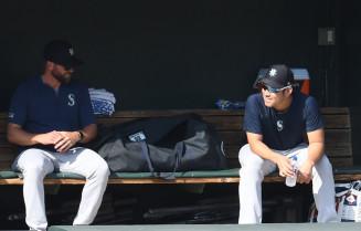 ブルペンで同僚の投球練習を見守るマリナーズ・菊池雄星(右)=ボルティモア