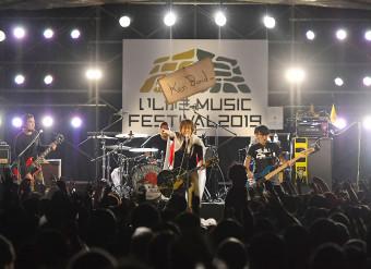 いしがきミュージックフェスティバルの大トリを務めた「Ken Yokoyama」。今年も街全体が熱気で包まれた=23日午後6時40分、盛岡市内丸・岩手公園