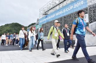 釜石鵜住居復興スタジアム周辺を確認する大会ボランティアら=23日、釜石市鵜住居町