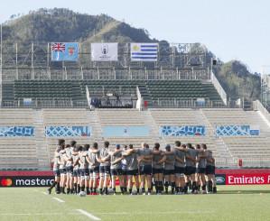 フィジー戦に向け、練習で円陣を組むウルグアイ代表=釜石鵜住居復興スタジアム
