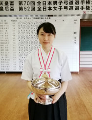 全日本女子選手権を制し、皇后杯を手にする村川春圭(盛岡市役所)=県連盟提供