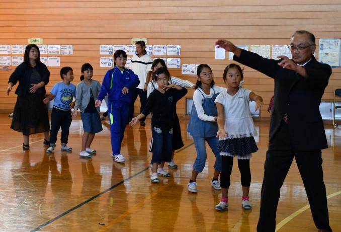 伊加古集会でナニャトヤラを踊り地域住民と交流する子どもたち
