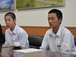 市役所を訪れ全国への決意を示す太田遥稀部長(左)と伊藤楓真主将