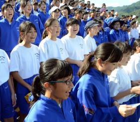 スタンドで「ありがとうの手紙」を自発的に歌い出し、復興支援への感謝を届けた釜石市内の小中学生=25日午後1時41分、釜石市・釜石鵜住居復興スタジアム