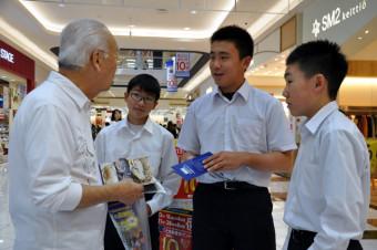 パンフレットを手渡し広田湾産の海産物を紹介する生徒たち