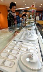 増税前セールを行う宝飾品売り場。県内各店は駆け込み需要への対応に力を入れる=27日、盛岡市菜園・カワトク