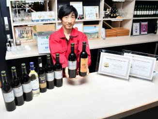 28日発売の「シルバー ツヴァイゲルトレーベ 2016 赤」(右から2本目)など入賞ワイン