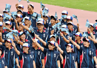 小旗を振りながら行進する本県選手団=茨城県ひたちなか市・茨城県笠松運動公園陸上競技場