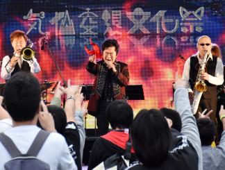 迫力のステージで会場を盛り上げる水木一郎さん(中央)