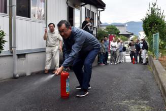 消火器の使い方を確認した上山町内会の住民たち