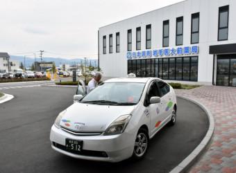 岩手医大付属病院前で乗車を待つヒノヤタクシー。10月1日から内丸MCとの間で定額運行をスタートさせる