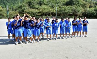 「やっと思い切り外で遊べる」。引き渡された校庭でそろって笑顔を見せる吉里吉里学園中学部の生徒=29日、大槌町吉里吉里