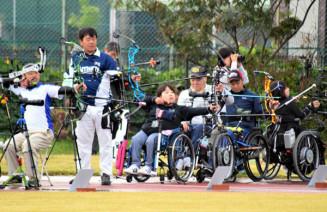 50メートル先の的を狙い、矢を放つ武田さち恵さん(左から3人目)
