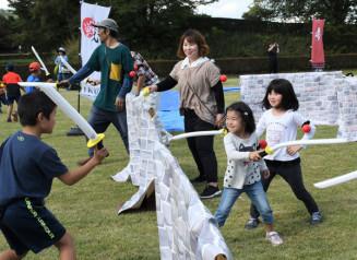 チャンバラ合戦を楽しむ子どもたち