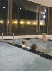 べっぴんの湯の営業休止を惜しみつつ、入浴を楽しむ常連客ら