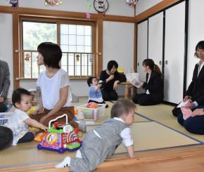 開所したきらきら保育園内で遊ぶ新入園児ら
