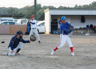 試合展開を想定し打撃練習を行う選手