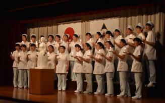ナイチンゲール誓詞を唱え決意を新たにする学生