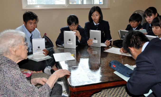 3度の津波を経験した中村トキさん(左)に教訓を聞く生徒