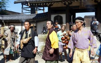 大河ドラマ「麒麟がくる」の撮影に協力するエキストラら(奥州市提供)