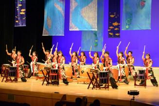 開幕演舞で力強い演奏を披露する一関二太鼓道場部