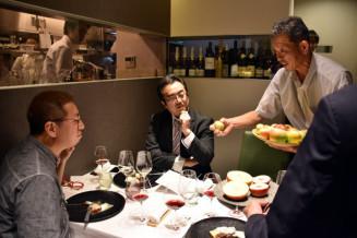 生産したリンゴを参加者に紹介するサンファームの吉田聡専務(右)