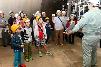 久慈国家石油備蓄基地を見学する参加者