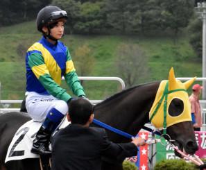騎手デビューを飾った関本玲花さん。夢の一歩を踏み出した=5日、盛岡市・盛岡競馬場パドック