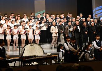 出演者と来場者が「あすという日が」を合唱したフィナーレ