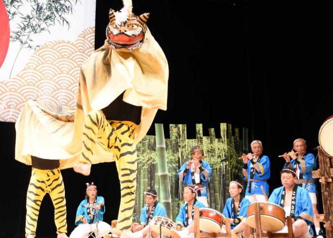 テンポの速い太鼓や笛の音に合わせた舞を披露した古閑迫寅舞保存会