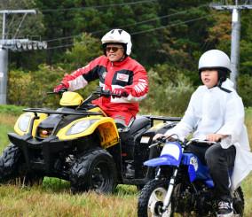 ミニバイクでゲレンデを駆け巡る菅原修斗君(右)