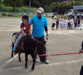 乗馬体験を楽しむ子どもたち