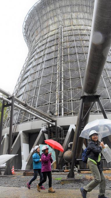 松川地熱発電所を見学する参加者