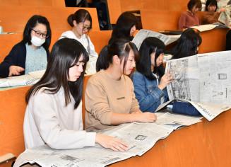 新聞の読み方を学ぶ学生
