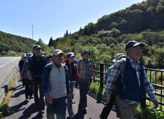 秋田街道の自然を感じながらウオーキングを楽しむもりおか・里山の会の会員