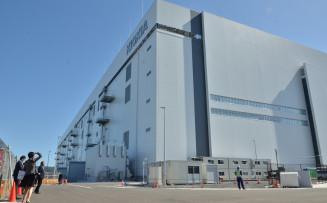 北上市内に完成したキオクシアの新工場。来年3月にはフラッシュメモリーの量産に入る