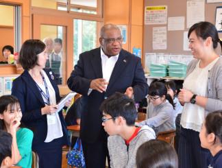 6年生と交流するモーベン・マスソ・ルスウェニョ駐日大使(中央)