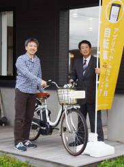 シェアサイクルの実証実験に向けて意気込む富樫建会長(右)と松嶋大オーナー
