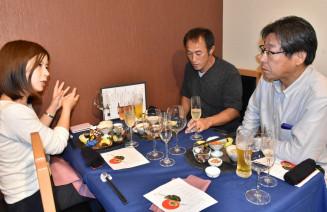 三陸産の海産物を味わいながら交流する参加者