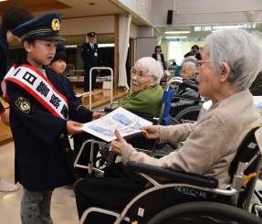 特殊詐欺被害などに遭わないよう呼び掛ける伊藤匠人ちゃん(左)