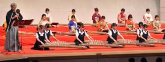優雅な音色を響かせる盛岡二高箏曲部員と卒業生ら