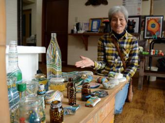 石や空き瓶をカラフルに彩る作品を作った門倉千代さん