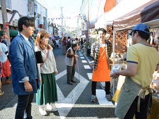 来場者が手作り作品の魅力を感じながら買い物を楽しんだ土沢アートクラフトフェア