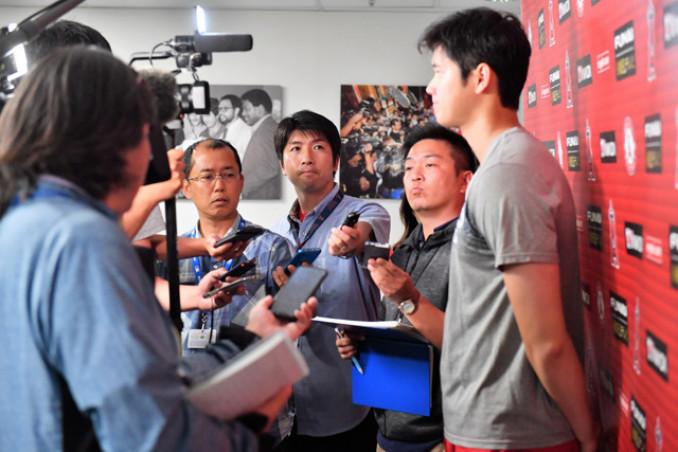大谷翔平選手(右)の囲み取材を行う小田野純一記者(右から3人目)=米アナハイム