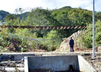 台風19号の大雨で路盤が流失し、レールと枕木が宙づりとなった三陸鉄道の線路=15日、山田町船越